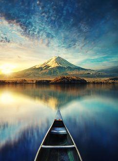 Фото Гора под облачным небом и ее отражение в воде и лодка на переднем плане, фотограф Stijn Dijkstra