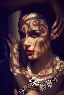 Фото Красивая девушка держит руку на голове