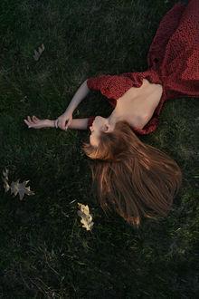 Фото Модель Юлия лежит на траве, фотограф Mihail Dolghintev