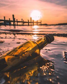 Фото Бутылка с запиской на берегу моря
