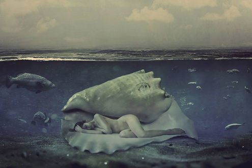 Фото Обнаженная девушка спит в большой ракушке под водой, рядом с ней плавают рыбы, by omerika-4