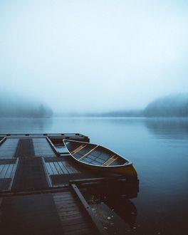 Фото Лодка у причала на озере