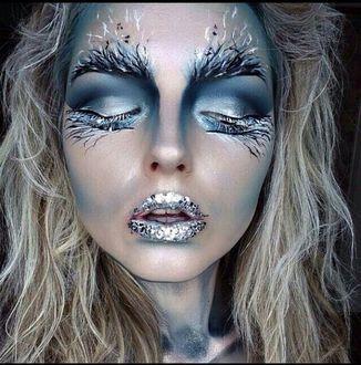 Фото Лицо девушки с холодным макияжем