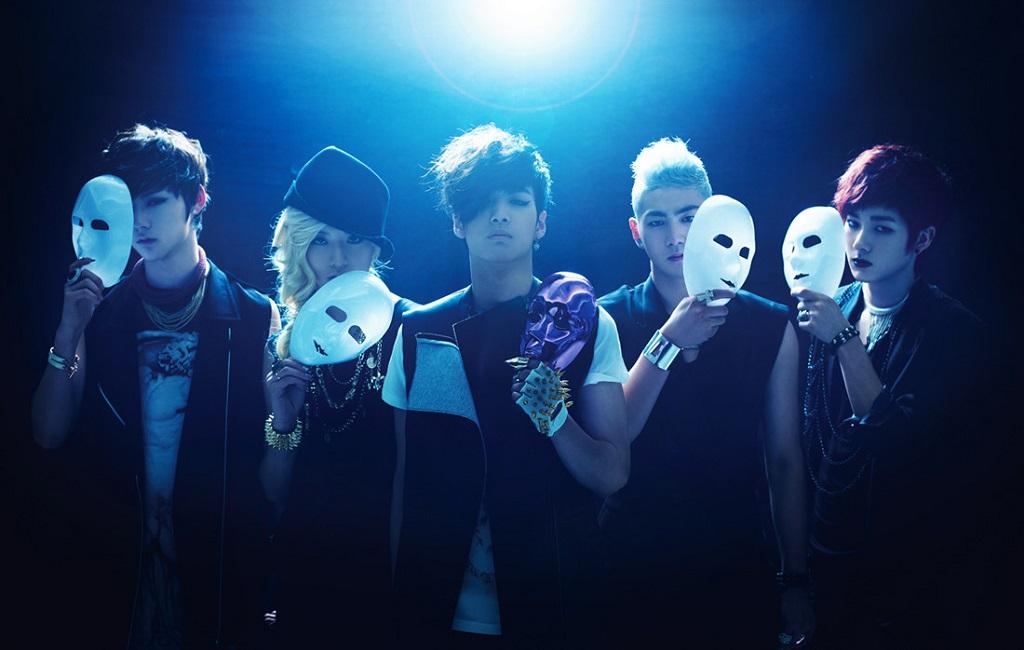Фото Baek Ho / ПэкХо, ARON / Арон, JR (Jonghyun) / ДжэйА, Min Hyun / Мин Хен и Ren / Рен с масками из группы NUEST (New East), South Korea / Южная Корея