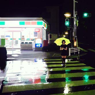 Фото Девушка с желтым зонтом стоит под дождем на пешеходной дорожке, by Kuvshinov Ilya