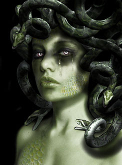 Фото Девушка со змеями на голове вместо волос, покрытая чешуей на теле