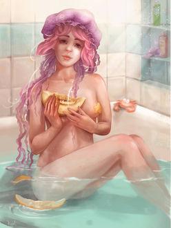 Фото Девушка в ванной в шапочке в виде медузы, с долькой дыни в руках