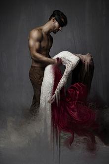 Фото Парень держит девушку за талию