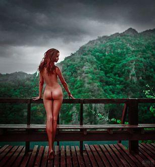 Фото Обнаженная девушка стоит на фоне природы, фотограф Светлана Беляева