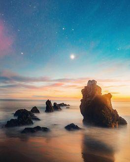 Фото Скалы на побережье моря на закате