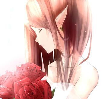 Фото Девушка - эльф опустила глаза вниз, держа букет из красных роз