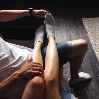 Фото Ножки девушки на ногах парня