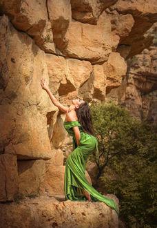 Фото Девушка в длинном платье у подножия скалы, by Ilona