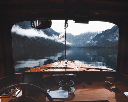 Фото Озеро, окутанное туманом, вид с кабины катера