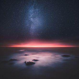 Фото Спокойное море под красивым звездным небом