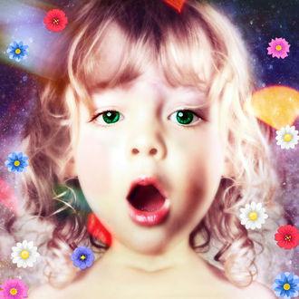 Фото Девочка с зелеными глазами и с открытым ртом