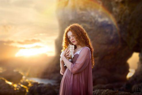 Фото Рыжеволосая девушка прижимает к себе кораблик, by Jessica Drossin