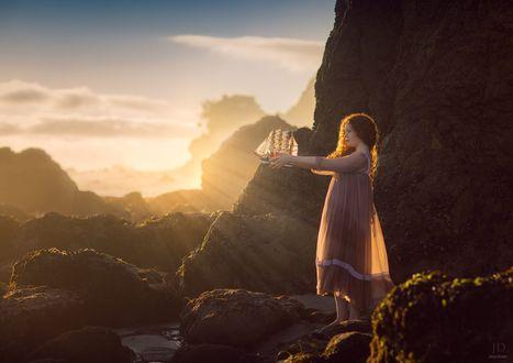 Фото Рыжеволосая девочка с корабликом в руках в лучах солнца, by Jessica Drossin