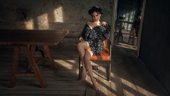 Фото Девушка сидит на стуле у стола, фотограф Георгий Чернядьев