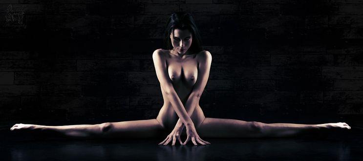 Фото Обнаженная девушка сидит на шпагате, фотограф Adrian B. C. Schlick