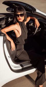 Фото Девушка в солнцезащитных очках сидит в авто