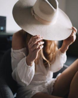 Фото Девушка в шляпе, закрывающей ее лицо