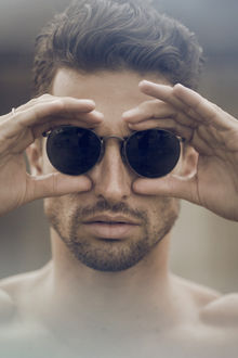 Фото Парень в солнцезащитных очках