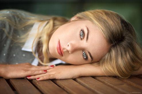 Фото Симпатичная девушка положила голову на стол, фотограф Lods Franck