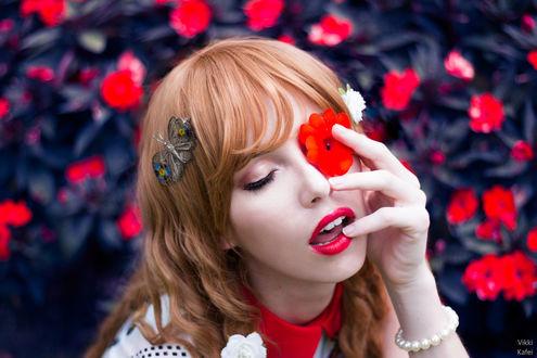 Фото Девушка прикрыла глаз цветком, by MeganCoffey