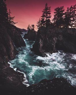 Фото Бурлящая река у горных образований