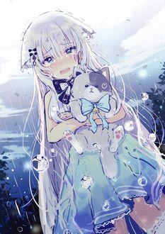Фото Девушка под водой, держа котенка в руках, плачет