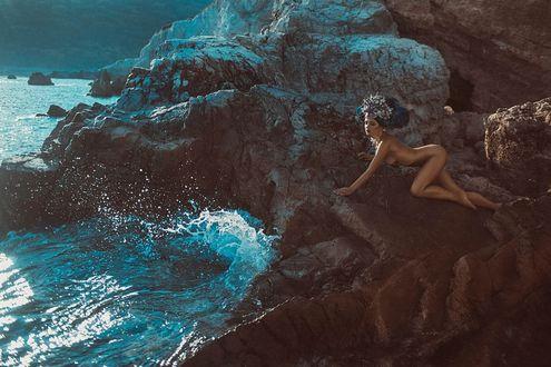 Фото Обнаженная девушка лежит на скалах, by Dan Hecho