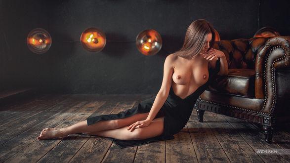 Фото Полуобнаженная девушка сидит на полу у кресла. Фотограф Антон Артюшин