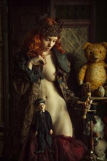 Фото Девушка держит куклу, прикрыв ею себя, фотограф Pavel Shapovalov