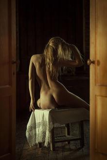 Фото Обнаженная девушка сидит на табурете, фотограф Pavel Shapovalov