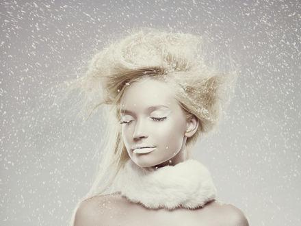 Фото Светловолосая девушка с закрытыми глазами под падающим снегом