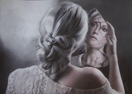 Фото Девушка с зеркалом в руке смотрит на свое отражение в трещинах на лице, by Brita Seifert