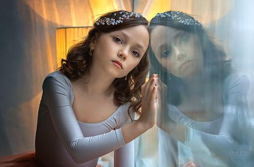 Фото Грустная девочка с украшениями на волосах у окна, Фотограф Деева Елена