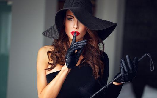 Фото Обои Элегантная девушка шатенка в шляпе с тростью в руке