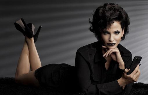 Фото Элегантная девушка в черном платье