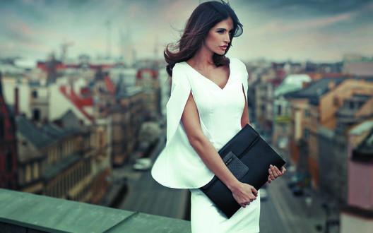 Фото Элегантная девушка стоит на фоне города