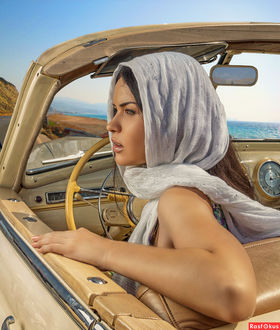Фото Фотомодель за рулем ретро автомобиля в белом шарфе на голове Автор фото Photo-DPA