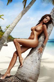Фото Обнаженная девушка у дерева