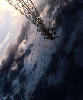 Фото Вид на линии электропередач на фоне облачного неба