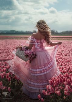 Фото Девушка с корзиной цветов стоит на поле розовых тюльпанов, by Червона Ворона (© zmeiy), добавлено: 25.05.2017 12:54