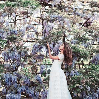 Фото Девушка стоит у цветущей глицинии, фотограф Jovana Rikalo