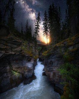 Фото Река текущая вдоль горных образований под красивым звездным небом