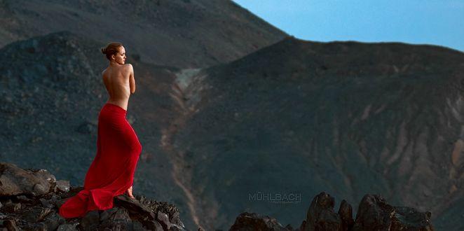 Фото Полуобнаженная девушка стоит на фоне природы, фотограф Paul Muhlbach