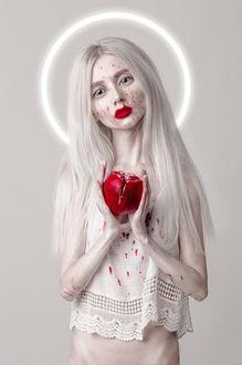 Фото Девушка с красным яблоком, фотограф Dasha Chegarovskaya