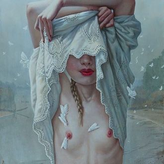 Фото Девушка раздевается и на теле у нее сидят мотыльки, художница Яна Брике